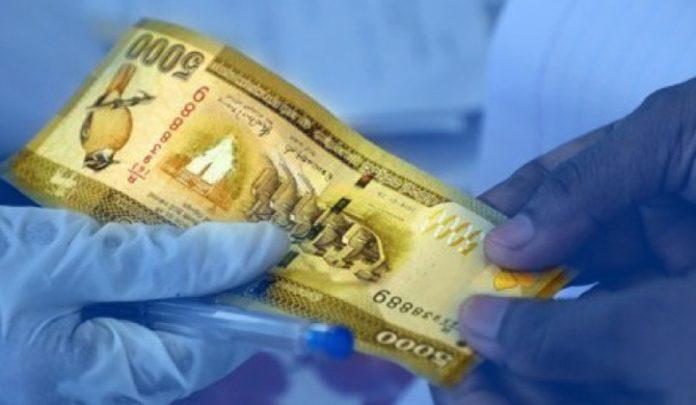 Rs 5000 allowance - කාන්තාවක් මන්නා පිහියක් රැගෙන පැමිණ 5000 දීමනාව ඉල්ලා තර්ජනය කරයි