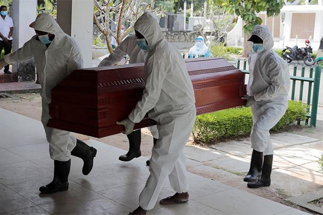 Covid 19 dead - වැරදි වෙලාවක ගෙනා කොවිඩ් දේහයක් නිසා සුසානයේ සිටි පිරිසම හතර අතේ දුවලා