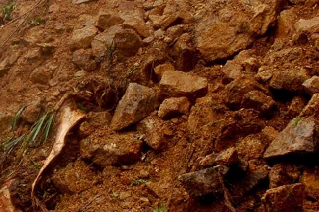 Landslide - නිවසක් මතට පස් කන්දක් කඩාවැටීමෙන් 4ක් අතුරුදන්
