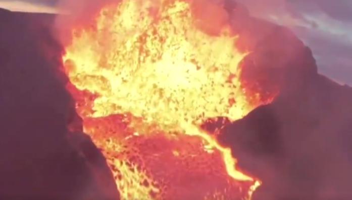 Volcano - ඩ්රෝන කැමරාවට හසුවූ ගිනි කන්දක පිපිරීම (VIDEO)
