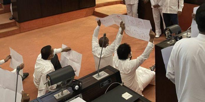 Prorest in parliament - විපක්ෂයේ උද්ඝෝෂණයකින් මැතිසබේ උණුසුම් වෙයි (PHOTOS)