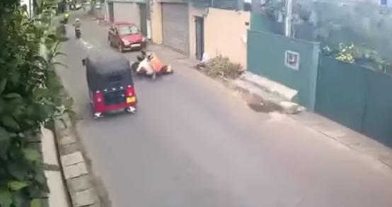 Bike Accident - රේස් ගිය යතුරුපැදිකරු ඉගෙන ගත් පාඩම (VIDEO)