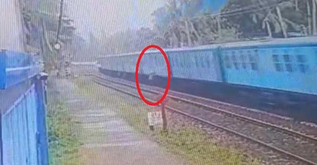 Train Accident දුම්රියෙන් පැන්න මගියා ඊට හසුවෙයි - CCTV දර්ශන